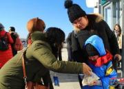【2019·年味儿随手拍】为回家过年的旅客送祝福送饺子(王利)